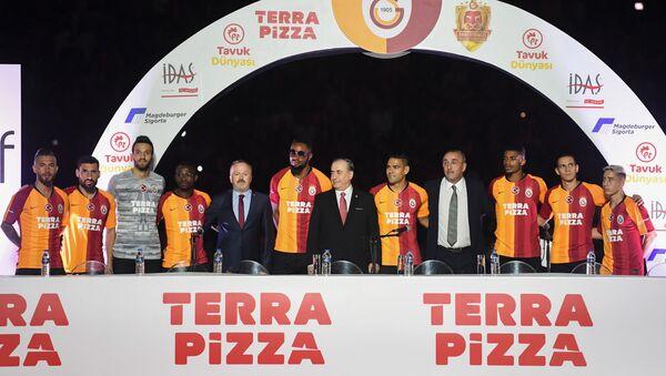 Футболисты ФК Галатасарай и президент клуба Мустафа Дженгиз (в центре), фото из архива - Sputnik Азербайджан