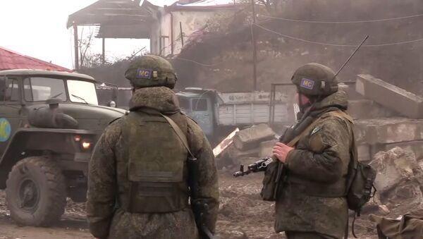 Российские миротворцы обеспечивают безопасность движения автотранспорта по Лачинскому коридору - Sputnik Азербайджан