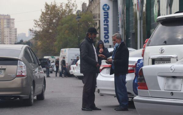 Люди на улицах Баку во время карантинного режима - Sputnik Азербайджан