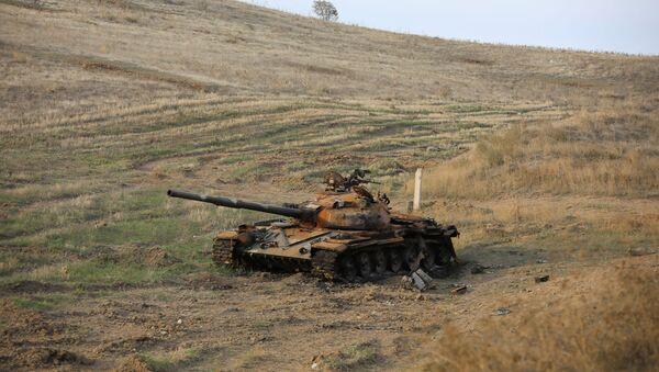 Подбитый армянский танк, фото из архива - Sputnik Азербайджан