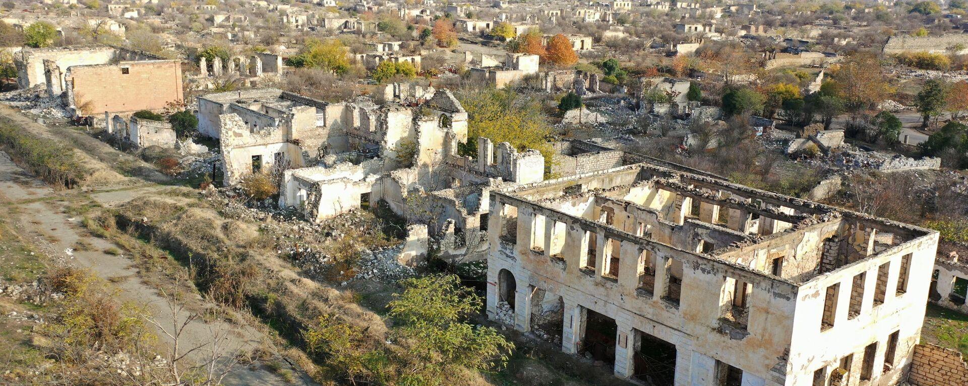 Dağıdılmış Ağdam şəhərinə mənzərə - Sputnik Азербайджан, 1920, 26.02.2021