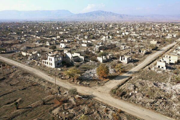 Dağıdılmış Ağdam şəhərinə mənzərə - Sputnik Азербайджан