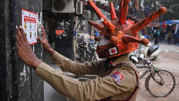 Волонтер гражданской обороны в шлеме Covid-19 в Нью-Дели, Индия - Sputnik Азербайджан