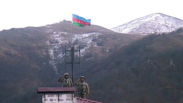 В освобожденном Кельбаджаре поднят флаг Азербайджана - видео Минобороны - Sputnik Азербайджан