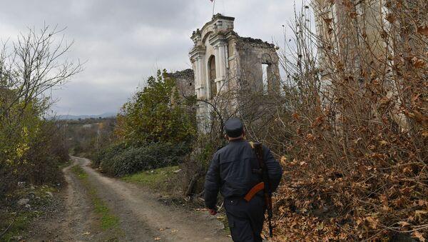 Azərbaycan polisi əvvəllər Araz qəzetinin redaksiyası olan dağılmış binanın yanında - Sputnik Азербайджан