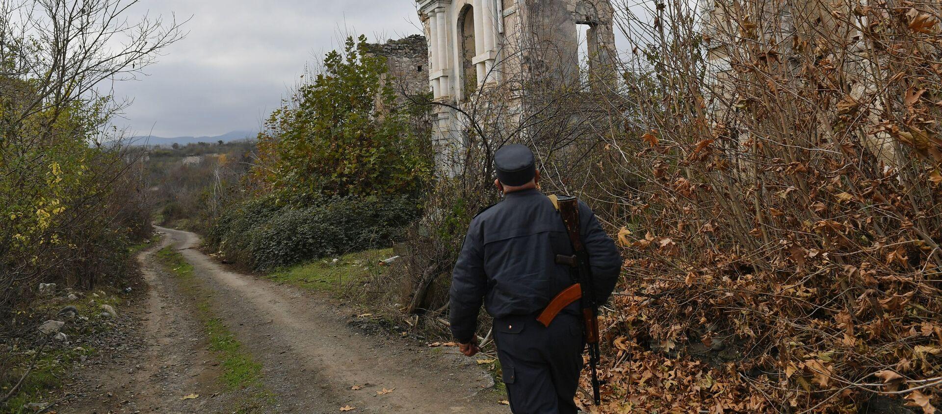 Azərbaycan polisi əvvəllər Araz qəzetinin redaksiyası olan dağılmış binanın yanında - Sputnik Азербайджан, 1920, 18.03.2021