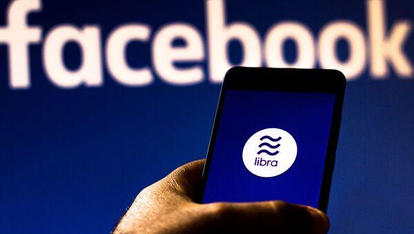 Facebook планирует выпустить криптовалюту Libra в январе 2021 года - Sputnik Азербайджан