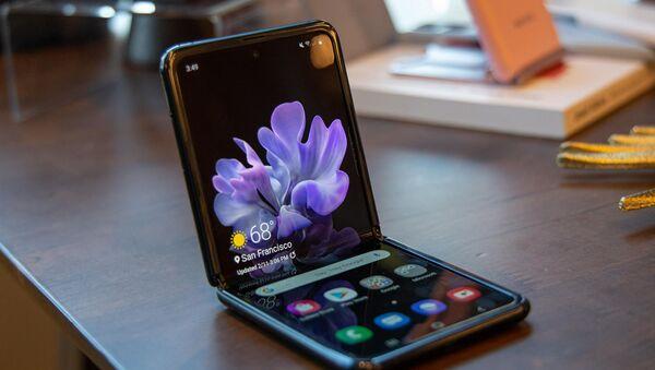 Складной смартфон Samsung Galaxy Z Flip 3: изучаем  - Sputnik Азербайджан