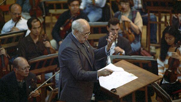 Руководитель Национального симфонического оркестра США Мстислав Ростропович во время гастролей в Москве, фото из архива - Sputnik Азербайджан