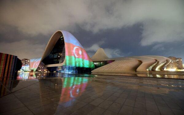 Центр Гейдара Алиева подсвечивается цветами азербайджанского флага - Sputnik Азербайджан