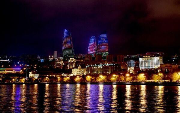 Пламенные башни подсвечиваются цветами азербайджанского флага - Sputnik Азербайджан