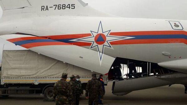 Гуманитарный груз, направленный из России в Ханкенди, доставлен в Гянджу  - Sputnik Азербайджан