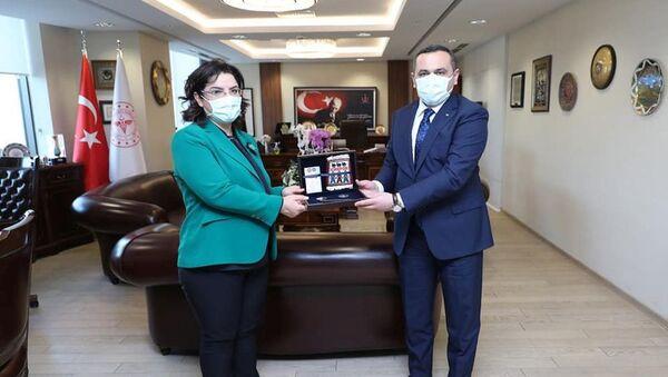 Заместителем главы турецкого ведомства Эмине Алп Меше и Рамин Байрамлы во время встречи - Sputnik Азербайджан
