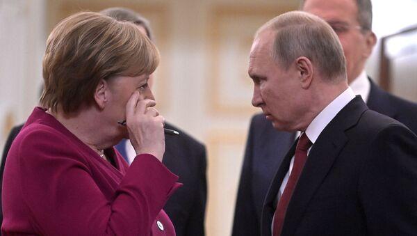 Президент РФ Владимир Путин и федеральный канцлер Германии Ангела Меркель перед совместной пресс-конференцией по итогам встречи, фото из архива - Sputnik Азербайджан