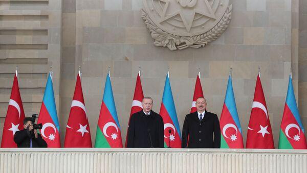 Президент Азербайджана Ильхам Алиев и Президент Турции Реджеп Тайип Эрдоган во время парада в Баку - Sputnik Азербайджан