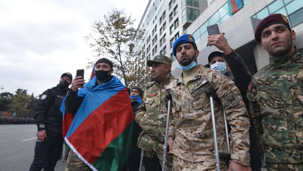 Bakıda parada parada baxan şəxslər - Sputnik Азербайджан