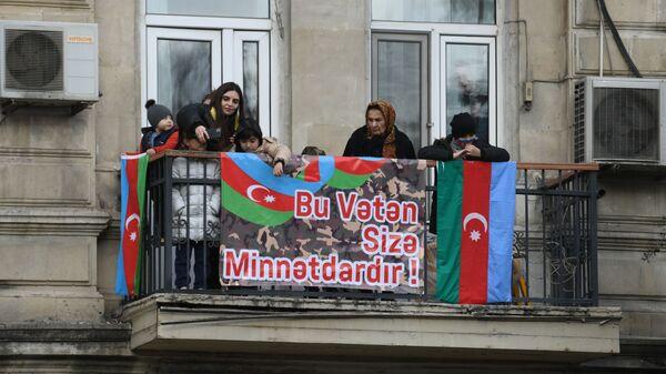 Bakıda parada parada baxan şəxslər - Sputnik Azərbaycan