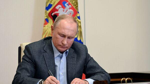 Президент РФ Владимир Путин во время встречи в режиме видеоконференции, фото из архива - Sputnik Азербайджан