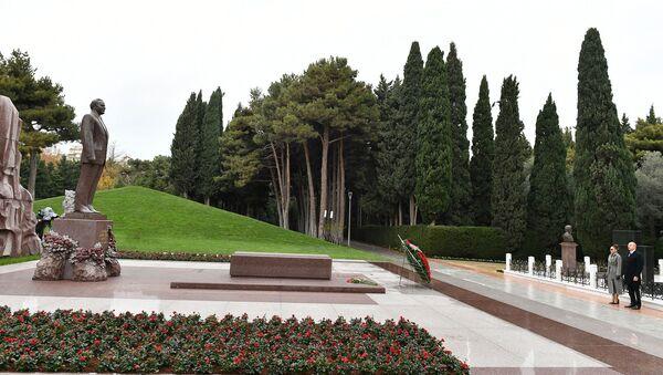 Президент Азербайджана Ильхам Алиев и Первая леди Мехрибан Алиева посетили могилу общенационального лидера Гейдара Алиева - Sputnik Азербайджан