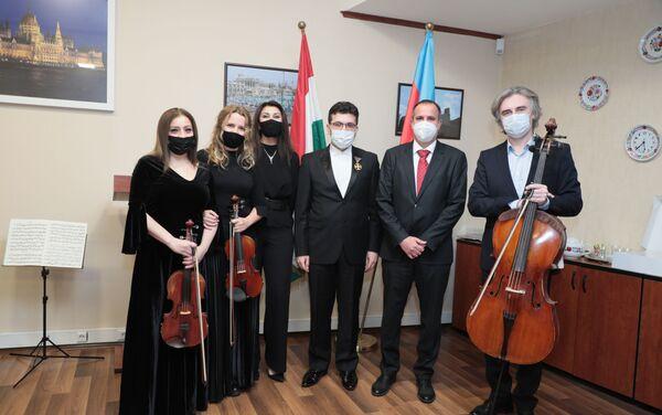 Церемония вручения государственной награды Венгрии – ордена  «Золотого креста» заслуженному артисту Эйюбу Гулиеву - Sputnik Азербайджан