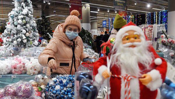 Девушка выбирает новогоднюю продукцию  - Sputnik Азербайджан