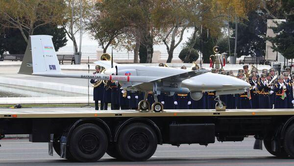 Беспилотный боевой летательный аппарат Bayraktar TB2 на параде в Баку, фото из архива - Sputnik Азербайджан