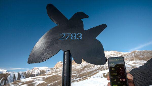 Азербайджанские альпинисты в массиве Гызылгая на высоте 2783 метров установили стелу в память 2783 шехидов - Sputnik Азербайджан