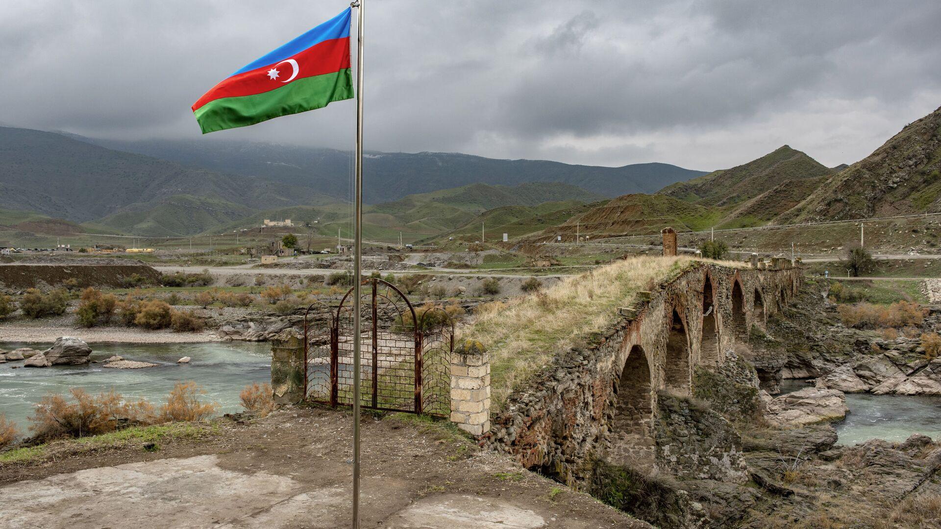 Azərbaycan bayrağı Xudafərin körpüsünün yaxınlığında, arxiv şəkli - Sputnik Azərbaycan, 1920, 12.10.2021