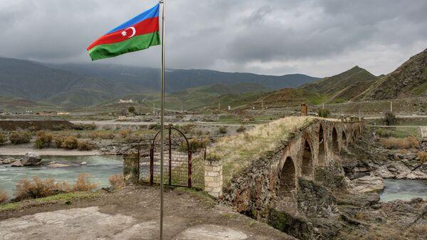 Флаг Азербайджана возле Худаферинского моста, фото из архива - Sputnik Азербайджан