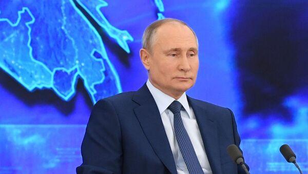 Президент РФ Владимир Путин на большой ежегодной пресс-конференции в режиме видеоконференции - Sputnik Азербайджан