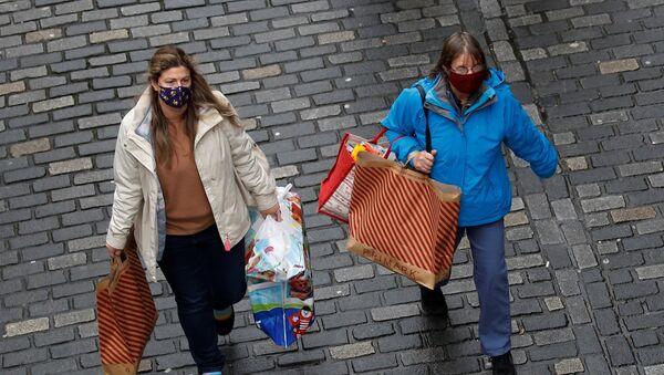 Покупатели с сумками в Честере, Великобритания - Sputnik Азербайджан