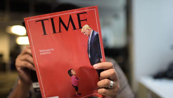Мужчина читает журнал Time, фото из архива - Sputnik Азербайджан