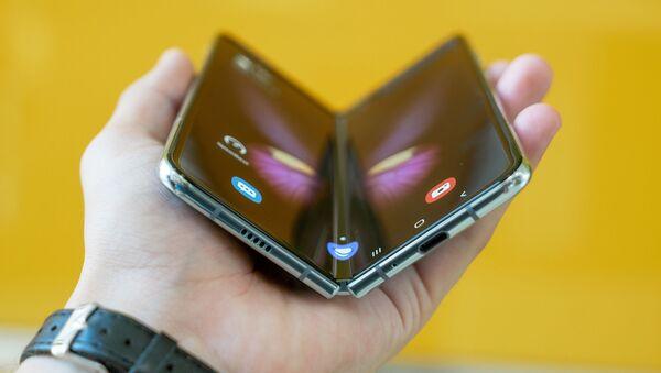 Samsung стал лидером на рынке складных смартфонов - Sputnik Азербайджан