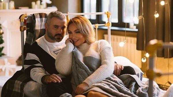 Певица Нура Сури с ведущим Самиром Байрамлы.  - Sputnik Азербайджан