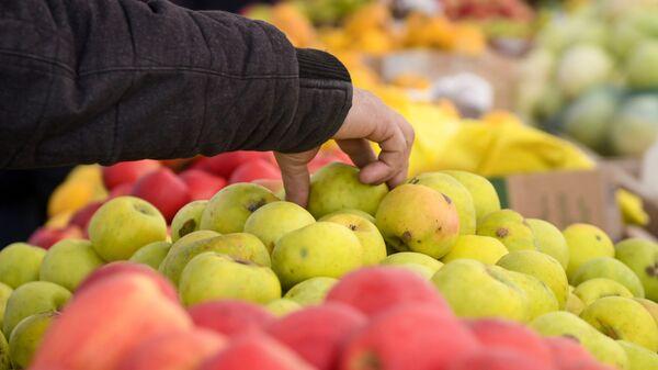 Продажа яблок на рынке, фото из архива - Sputnik Азербайджан