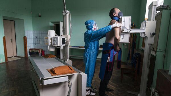 Больной коронавирусом, фото из архива - Sputnik Азербайджан