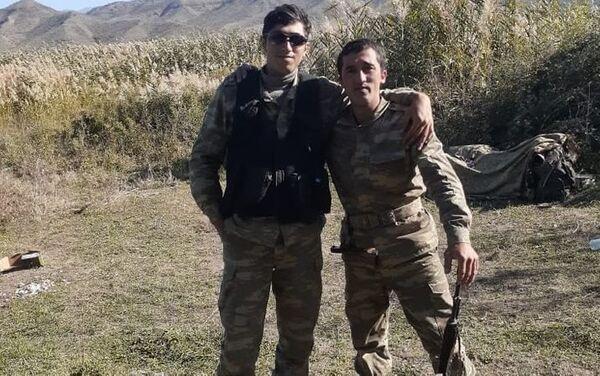 Азербайджанский гармонист Азизбек Мурадов вместе с сослуживцем - Sputnik Азербайджан