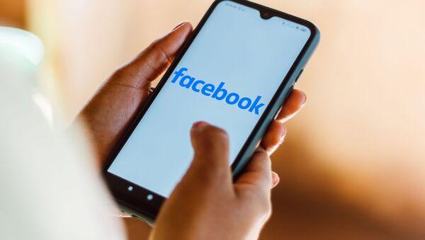 Телефон с открытым приложением Facebook  - Sputnik Azərbaycan