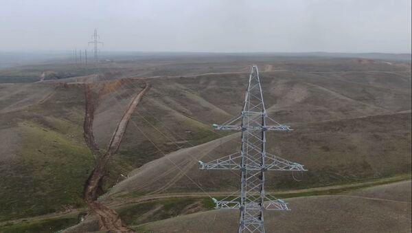 Прокладывание высоковольтной линии электропередачи напряжением 110 киловольт  - Sputnik Азербайджан