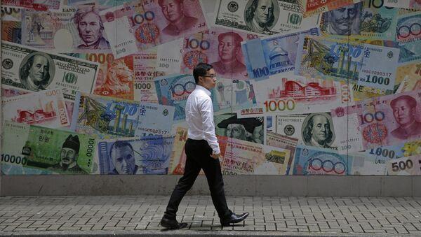 Прохожий в деловом районе Гонконга идет мимо наклеенных на стену банкнот, Китай - Sputnik Азербайджан