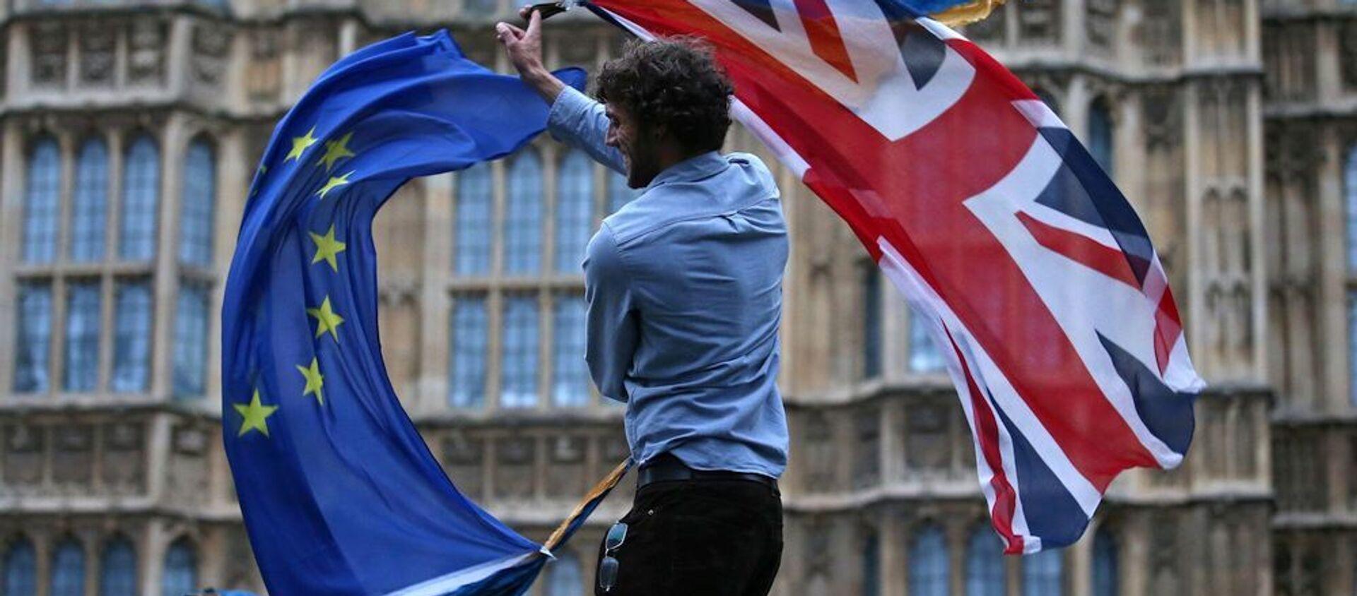 Мужчина машет флагом Союза и европейским флагом в центре Лондона, фото из архива - Sputnik Азербайджан, 1920, 25.01.2021