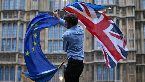 Мужчина машет флагом Союза и европейским флагом в центре Лондона, фото из архива - Sputnik Азербайджан