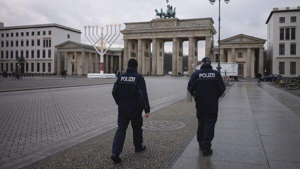 Сотрудники полиции в Берлине, фото из архива - Sputnik Азербайджан