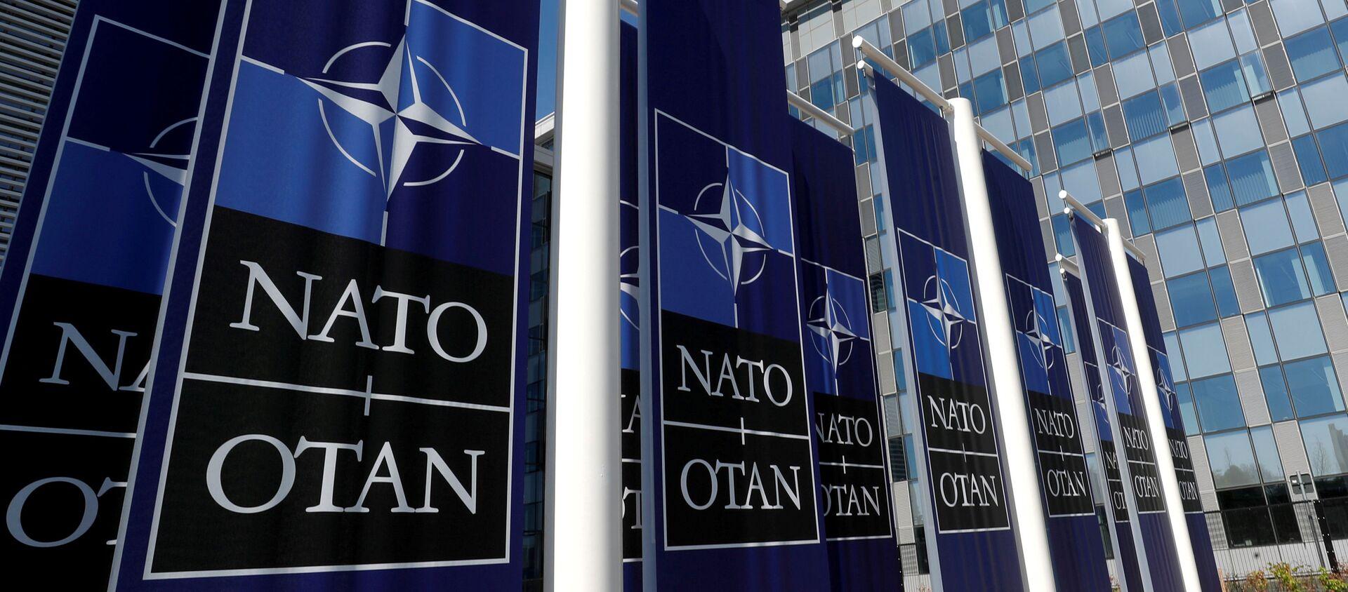 Баннеры с логотипом НАТО у входа в новую штаб-квартиру НАТО - Sputnik Азербайджан, 1920, 28.12.2020