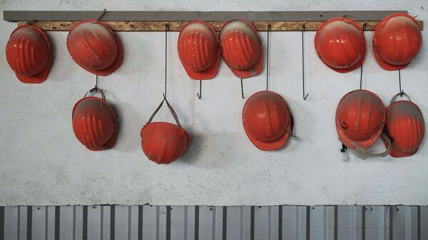Каски рабочих на заводе, фото из архива - Sputnik Азербайджан