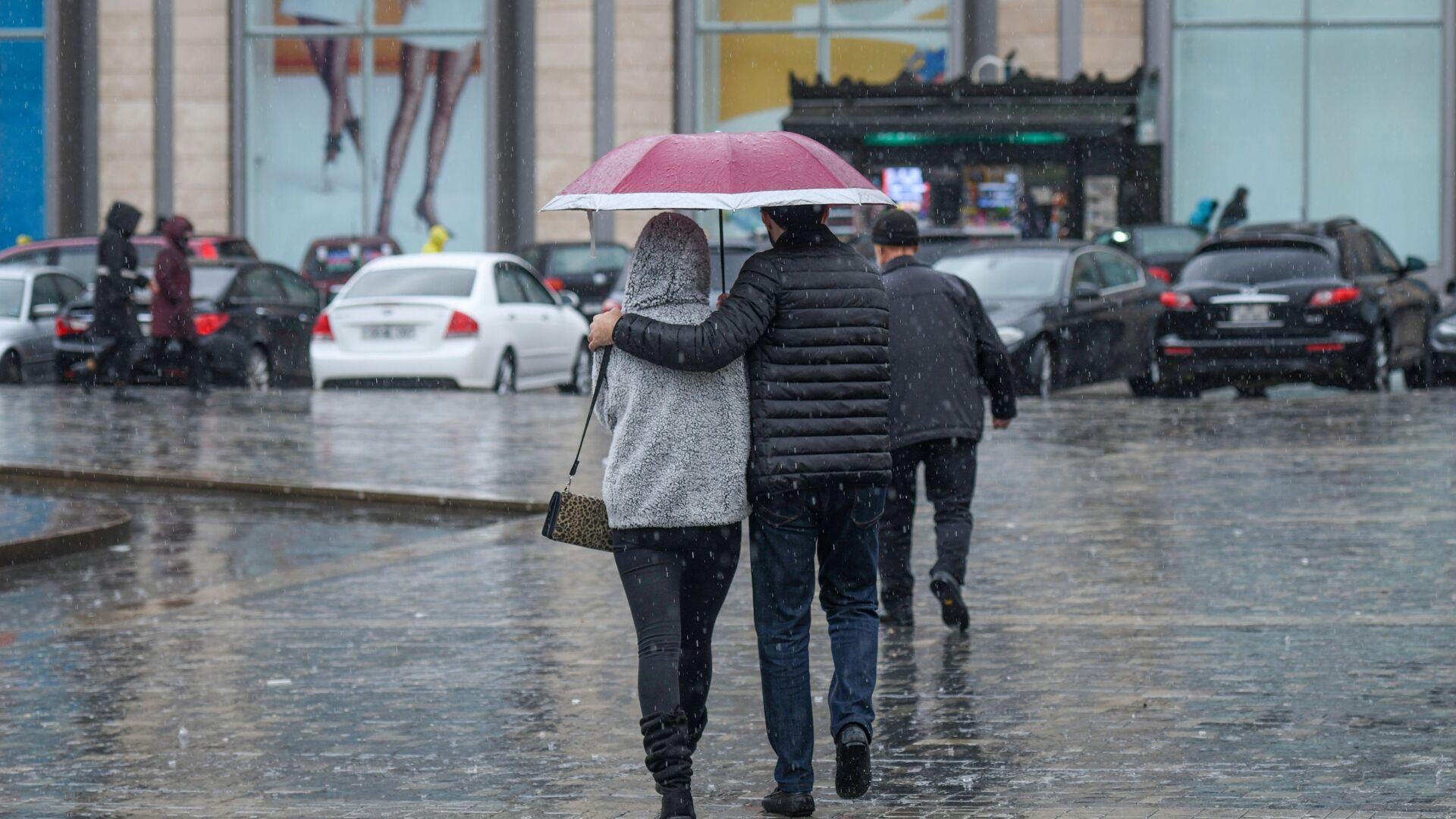 Дождливая погода в Баку - Sputnik Азербайджан, 1920, 04.09.2021