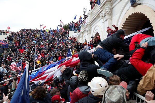 Участники акции протеста сторонников действующего президента США Дональда Трампа у здания конгресса в Вашингтоне - Sputnik Азербайджан
