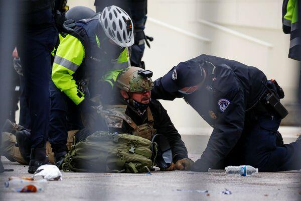 Сторонник президента США Дональда Трампа задержан сотрудниками правоохранительных органов во время акции протеста в Вашингтоне - Sputnik Азербайджан