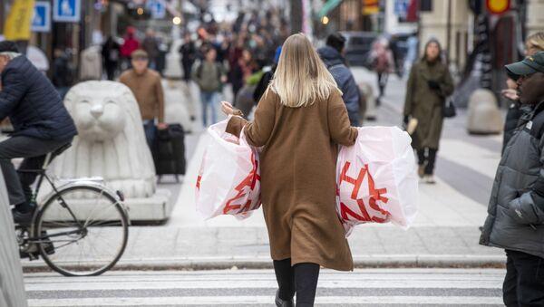 Женщина несет пластиковые пакеты, фото из архива - Sputnik Азербайджан