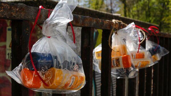 Пластиковые пакеты на заборе, фото из архива - Sputnik Azərbaycan
